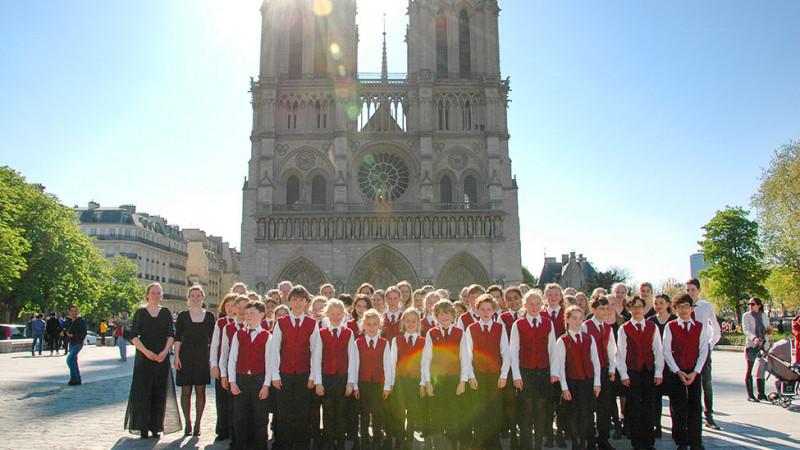Schoolkoor van Muziekinstituut Haarlemse kathedraal in 2016 op bezoek bij Notre Dame
