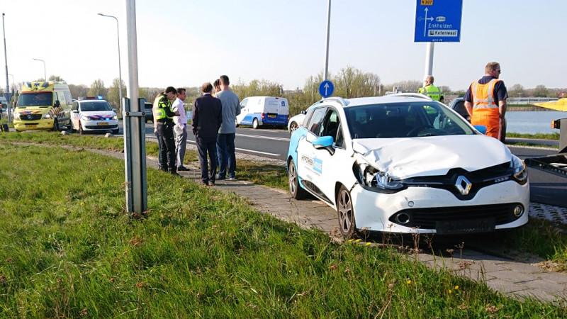 Voetganger zwaargewond na botsing met auto op N307 bij Enkhuizen.