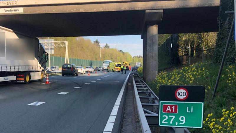 A1 bij Laren gedeeltelijk dicht na ongeluk met vrachtwagen.