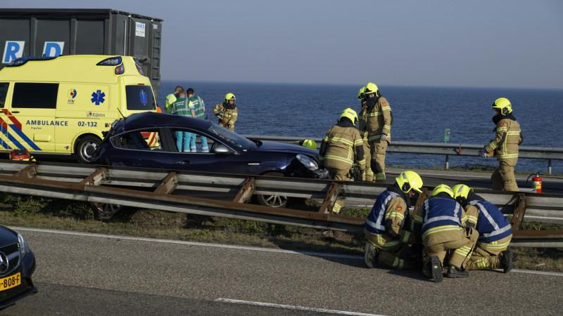 Afsluitdijk in beide richtingen afgesloten na twee ongelukken.
