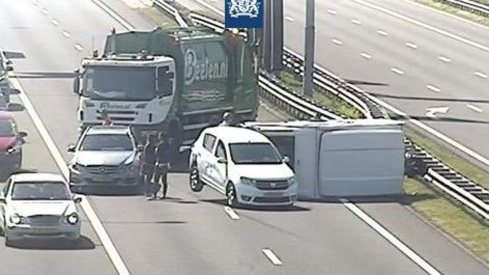 Vuilniswagenchauffeur voorkomt ongeluk door wegblokkade bij gekantelde caravan A9