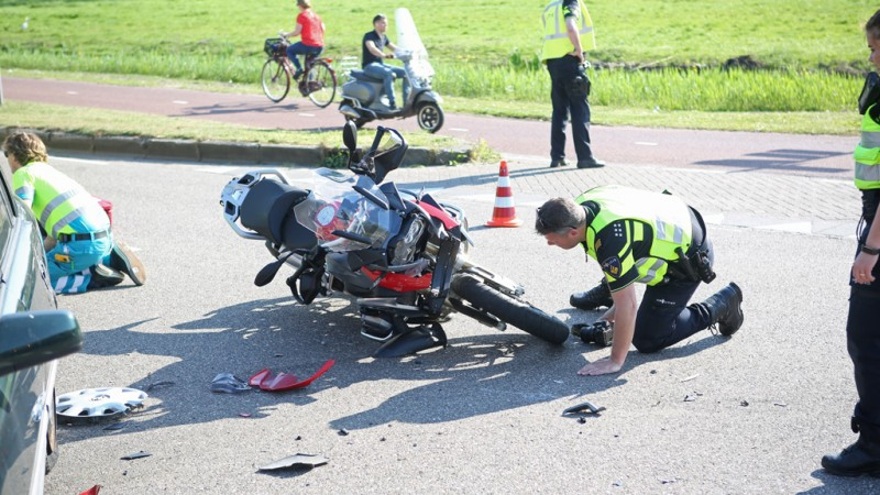 Motorrijder gewond na ongeluk met gloednieuwe motor in Duivendrecht.