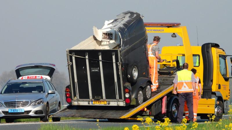 Paarden gewond na ongeluk met auto en trailer op N244.