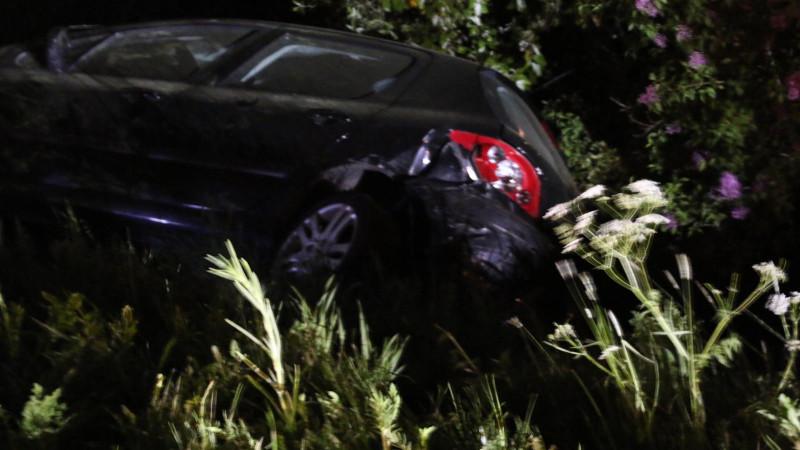 Beschonken automobilist ramt geparkeerde auto