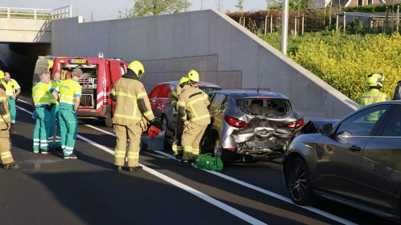 Brandweer helpt automobilist uit auto na aanrijding op N194