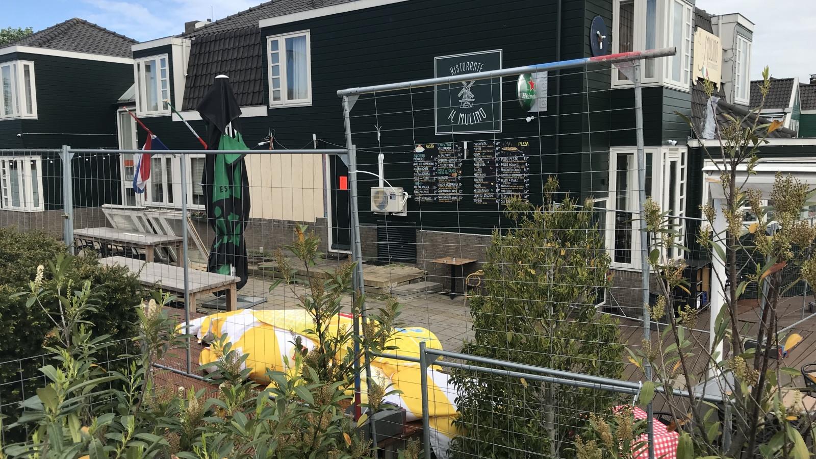 68b5375b4bb Door explosie getroffen Hotel Zaandijk afgezet met hekken en linten ...
