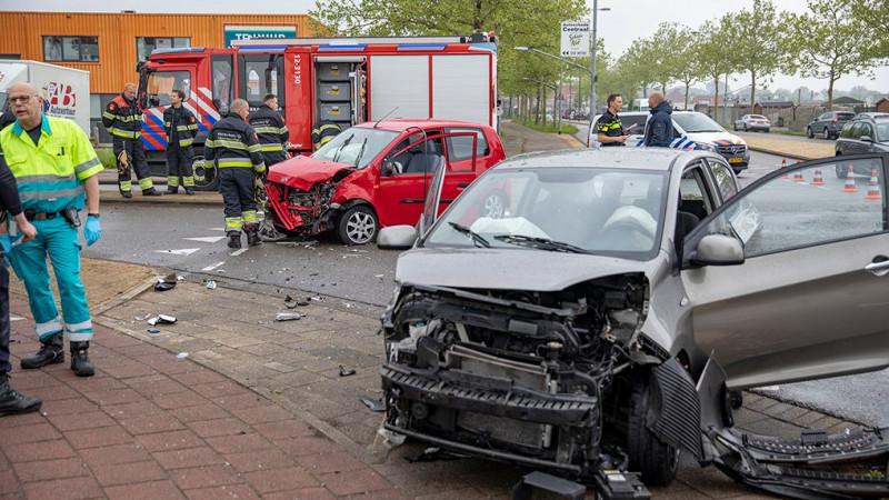 Twee gewonden bij zwaar ongeluk op kruispunt in Haarlemse Waarderpolder.