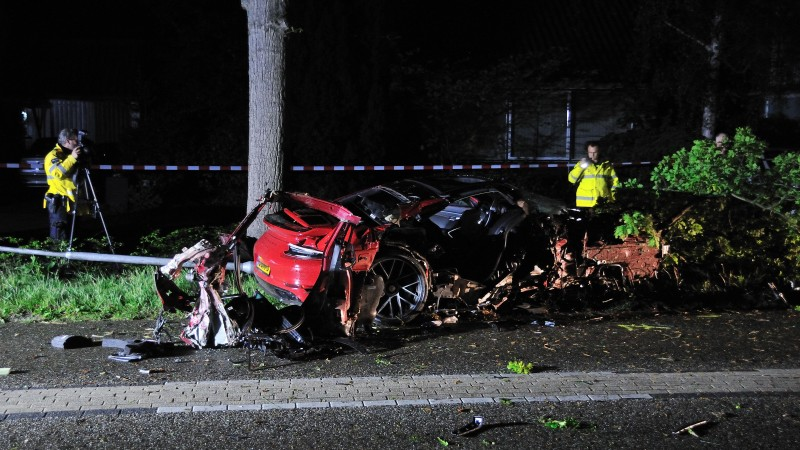 Drie gewonden bij eenzijdig ongeluk in Bergen: peperdure Porsche total loss.