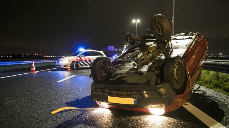Auto over de kop na botsing met taxi op A5 bij Hoofddorp.