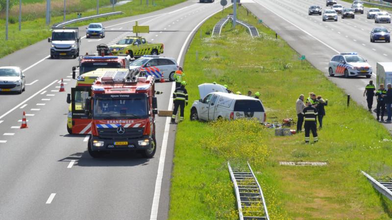 Bestuurder door brandweer uit auto gehaald bij eenzijdig ongeluk op A4.