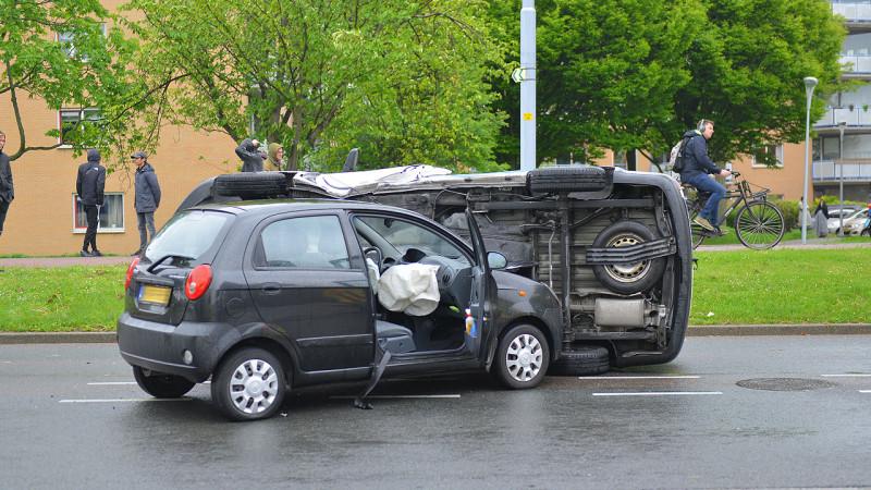 Auto op zn kant bij harde botsing in Hoofddorp: twee gewonden.