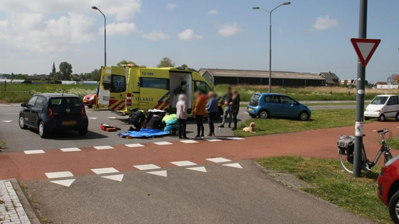 Fietser raakt gewond na botsing met auto in Assendelft.