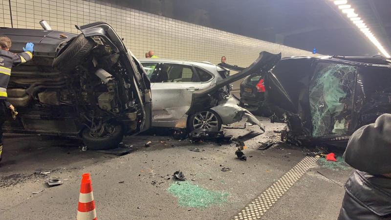 Grote ravage na ernstig ongeluk in Wijkertunnel, kettingbotsing met negen voertuigen.