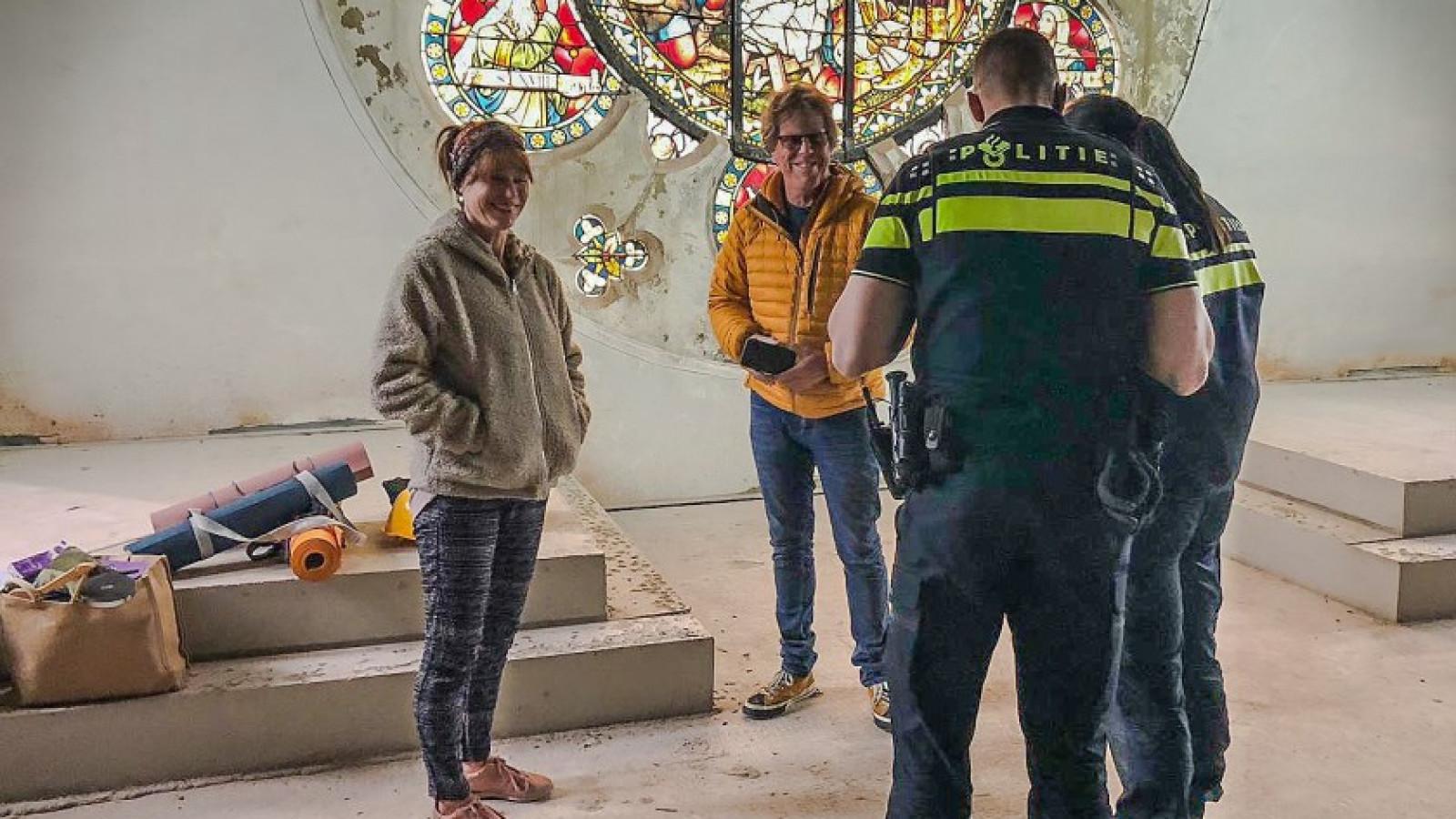 Insluipende jongeren met slaapmatjes bij Laurentiuskerk blijken yoga-leraren