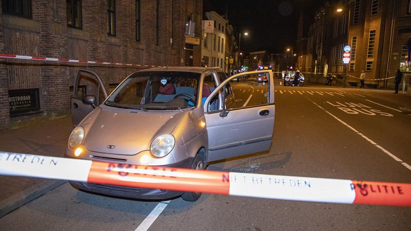 Fietser onder invloed gewond bij botsing met auto in Haarlem.