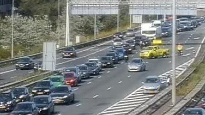 Drie ongelukken binnen twee uur op dezelfde plek: wéér file ring Amsterdam.