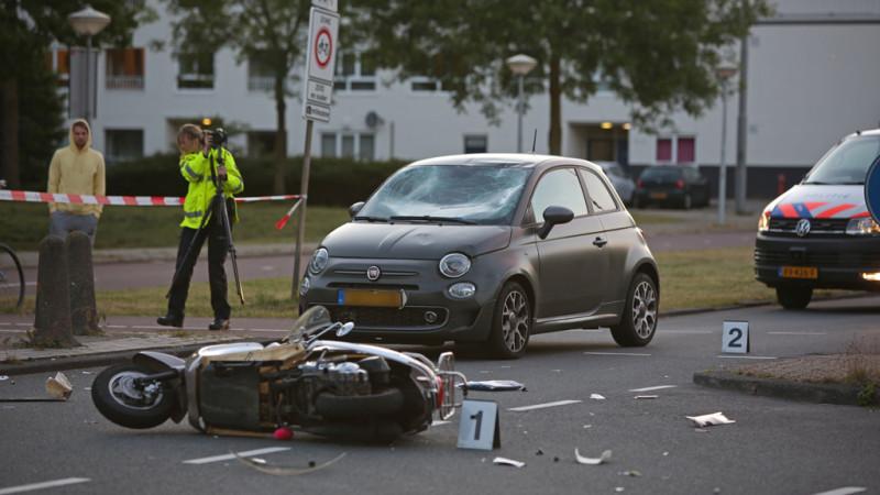 Twee gewonden na aanrijding tussen auto en scooter in Amsterdam.