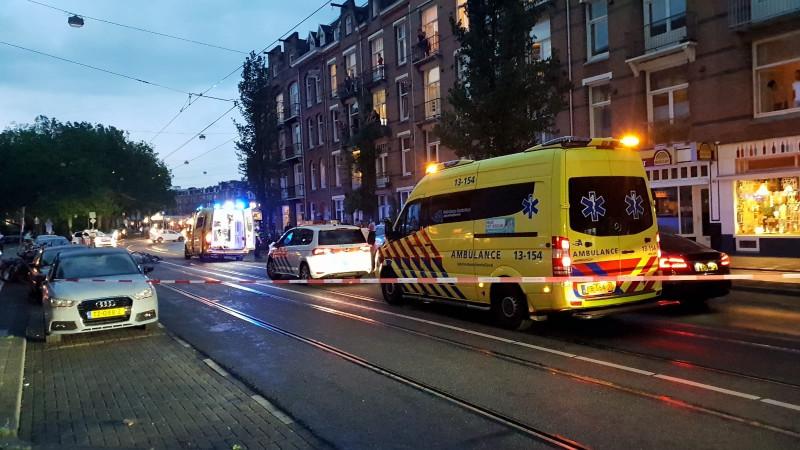 Fietser zwaargewond bij aanrijding in Amsterdam: auto rijdt door.