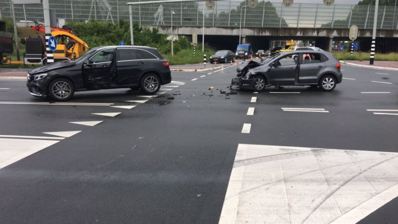 Slachtoffer uit auto bevrijd na botsing op kruispunt Oostzaan.