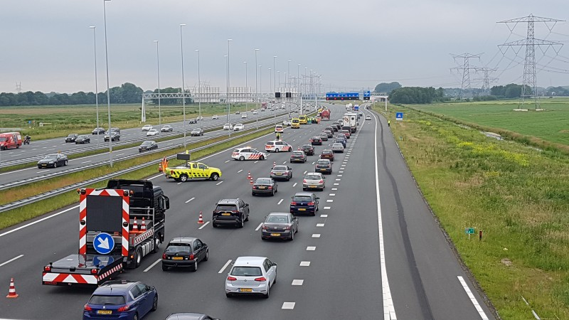 A1 bij Muiderberg afgesloten na groot ongeluk met vijf voertuigen.