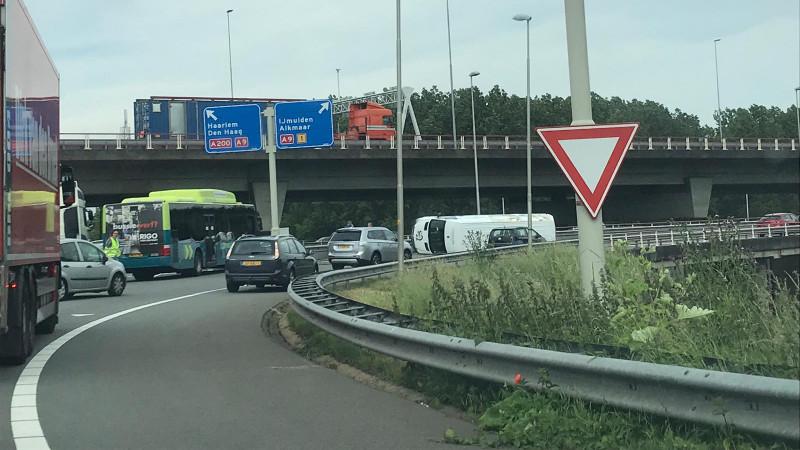Busje op zijkant beland bij ongeluk Rottepolderplein.