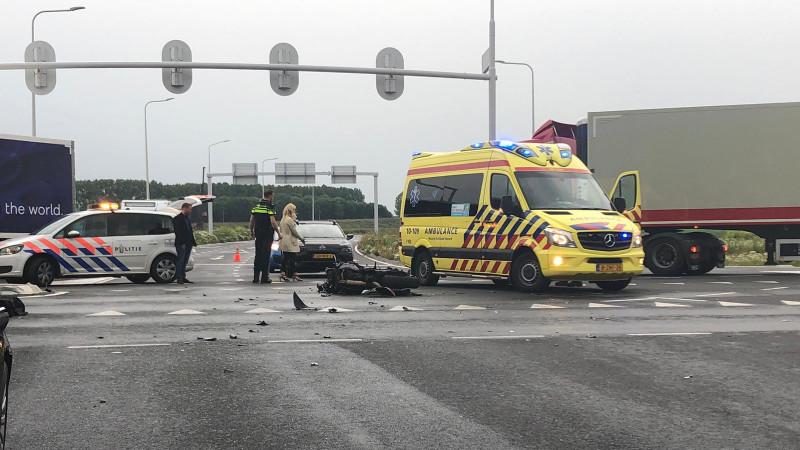 Motorrijder gewond na botsing met auto in Zwaagdijk-Oost.