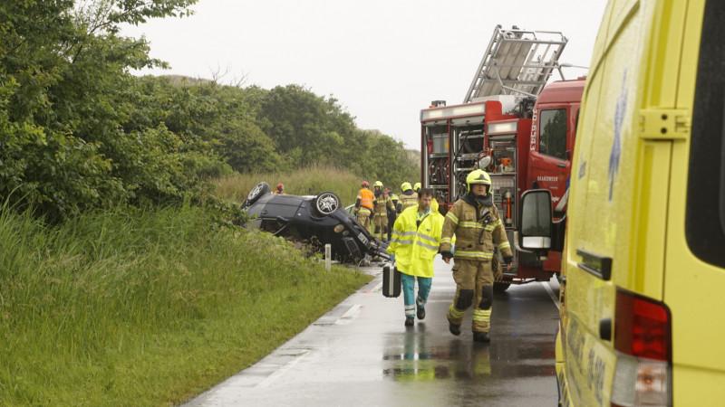 Dode en zwaargewonde bij frontale botsing tussen twee autos op N502: weg dicht.