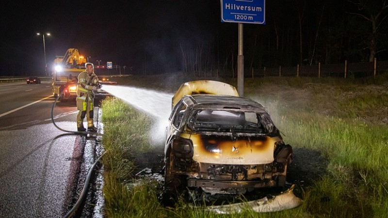 Auto brandt uit op A27