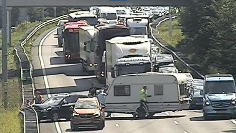 Gedeelte van A4 afgesloten na ongeluk met caravan.