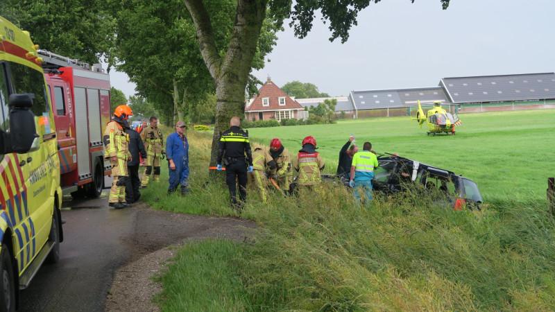 Man gewond bij ongeluk in Assendelft: wrak in greppel opengeknipt.