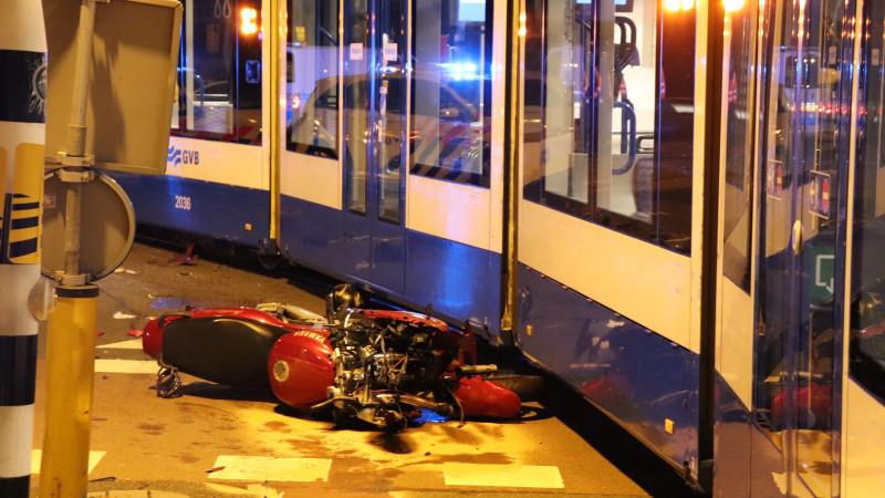 Motorrijder gewond na botsing met tram in Amsterdam West.