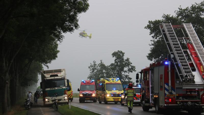 N236 dicht na ernstig ongeluk bij s Graveland: bestuurder door omstanders uit auto in water gehaald.