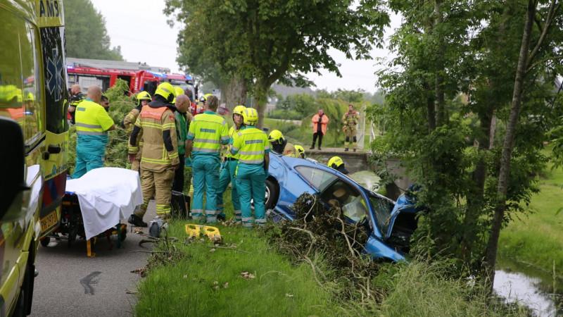 Inzittende gecrashte auto bekneld na ongeluk op N243: weg afgesloten.