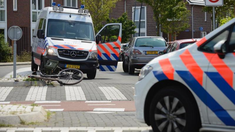 Fietser gewond naar ziekenhuis na aanrijding in Assendelft.