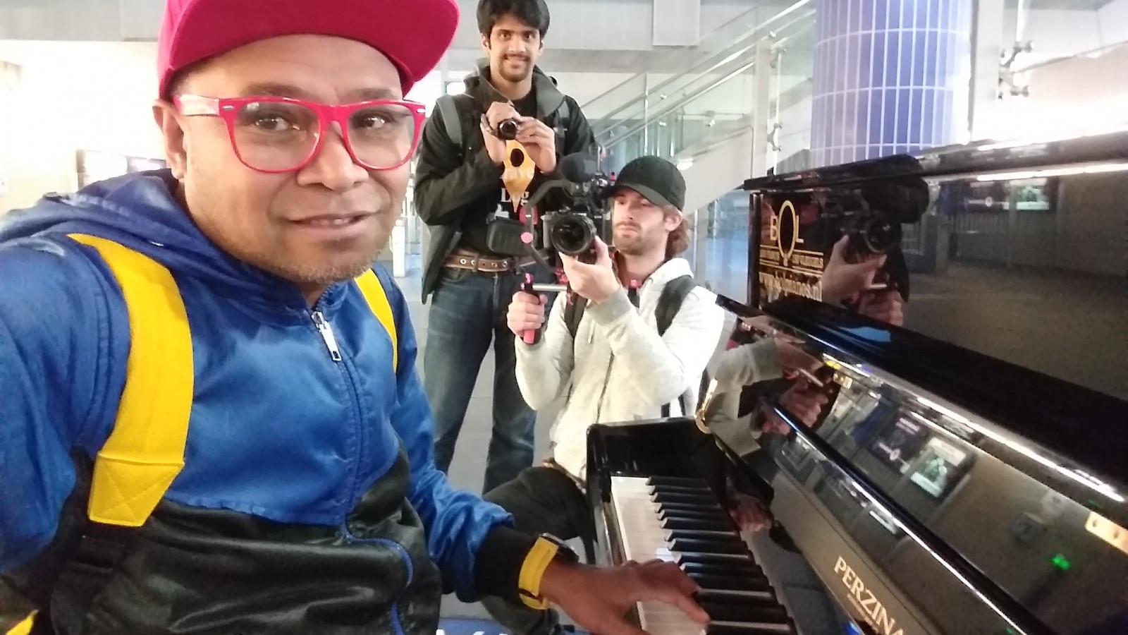 Missie geslaagd! Ernesto speelt piano op 17 NS-stations binnen een dag