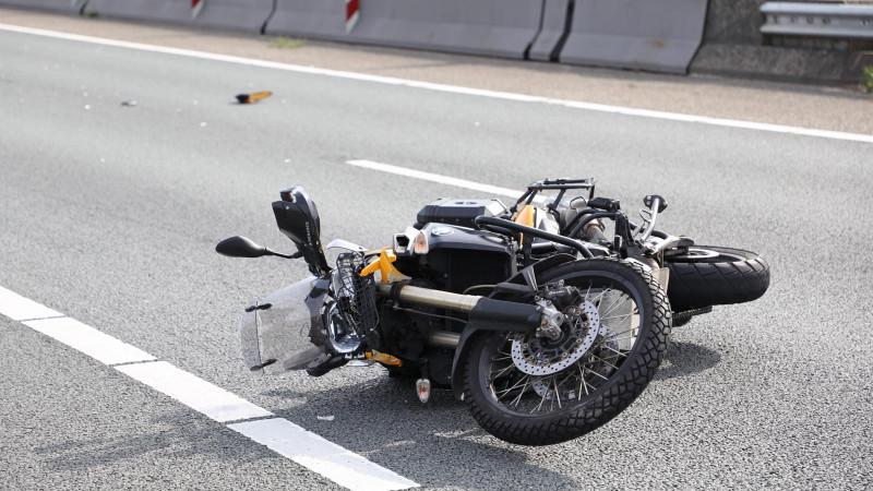 Motorrijder raakt gewond na botsing bij Wijkertunnel.