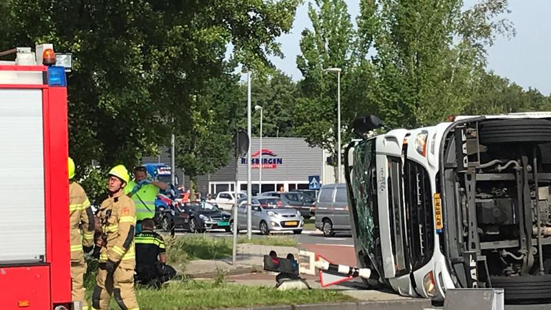 Vrachtwagen kantelt en belandt op fietspad in Zwaag