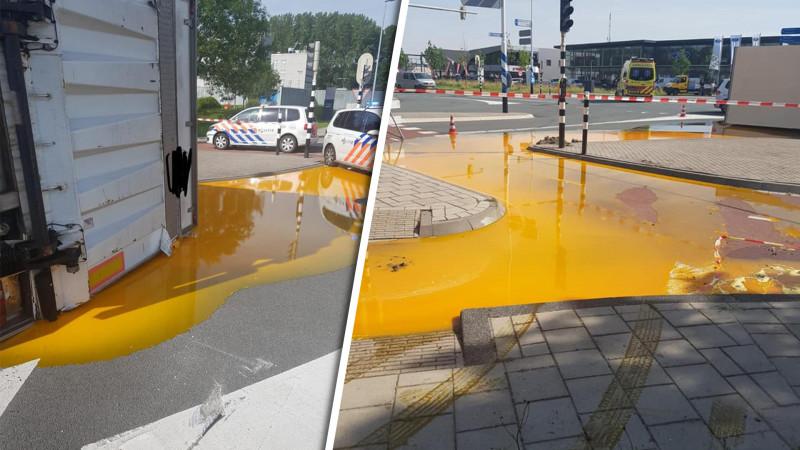Vrachtwagen gekanteld in Zwaag: enorme plas eigeel op kruispunt.