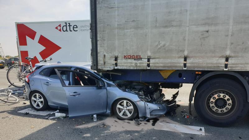 Kop-staartbotsing op A4: auto verdwijnt tussen twee vrachtwagens.