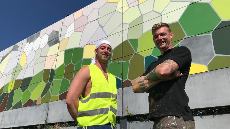 Broers maken kunstwerk op muur