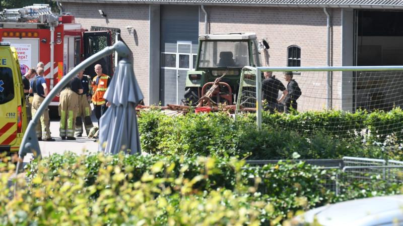 Gewonde bij ongeluk met machine op boerenerf Eemnes.