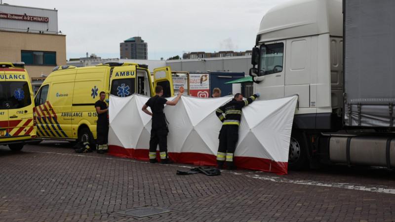 Fietser zwaargewond na botsing met vrachtwagen in IJmuiden.