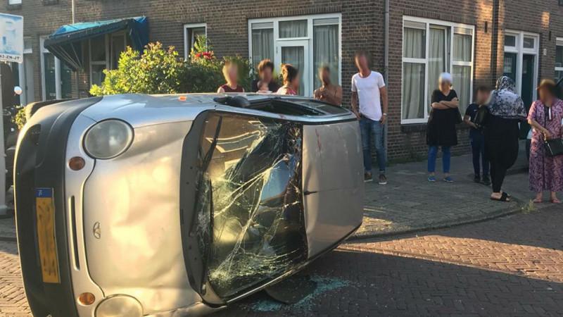 Auto slaat om bij ongeluk in woonwijk Amsterdam-Noord.