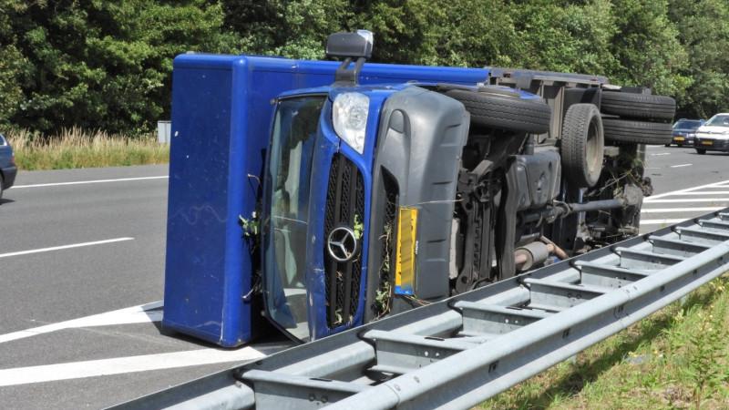Gekantelde vrachtwagen op A1 bij Naarden zorgt voor lange file.