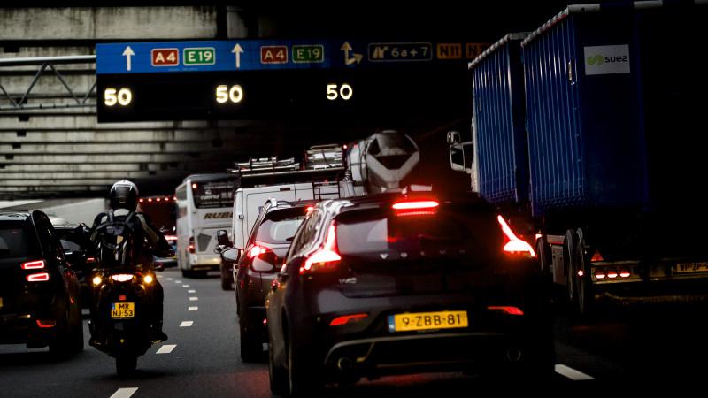 Lange file op A4 richting Amsterdam na ongeluk bij Leiden.