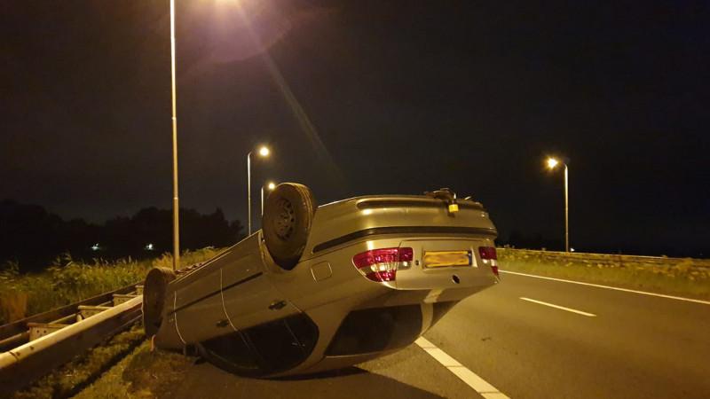 Aanhanger met BMW slaat over de kop bij ongeluk op A7.