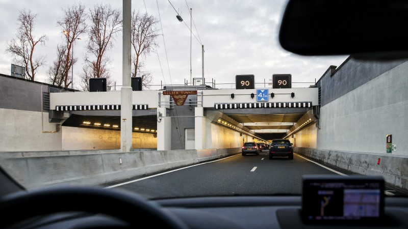 Velsertunnel richting Velsen dicht door ongeluk met lijnbus en auto.