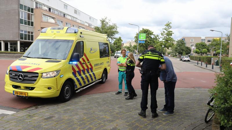 Voetganger meters meegesleurd na aanrijding met auto in Hilversum.