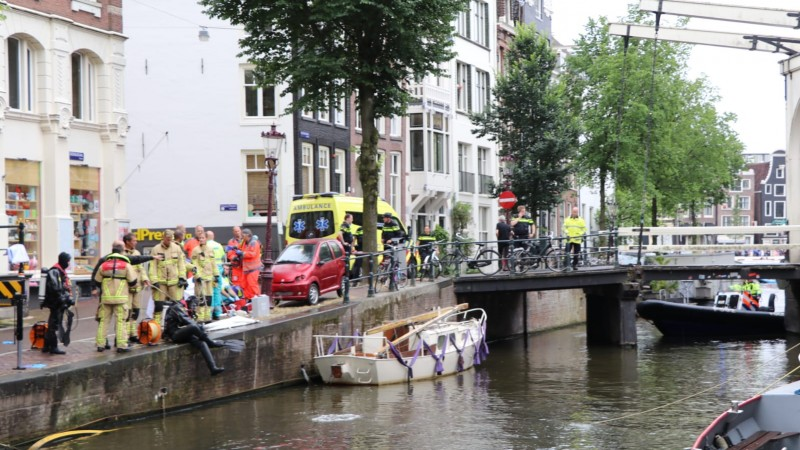 Auto belandt in gracht centrum Amsterdam