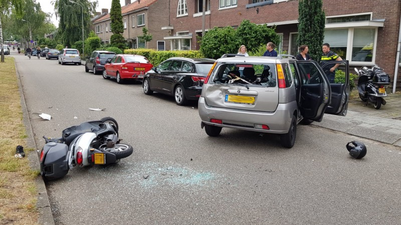 Scooterrijdster gestrekt na botsing in Purmerend.